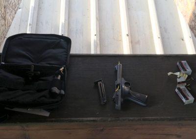 Mise en sécutrité d'un pistolet sur une tablette de tir